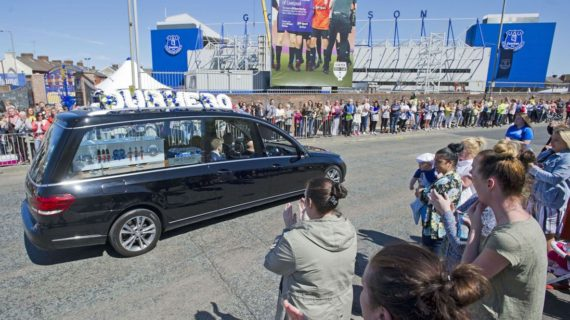 habitants Liverpool hommage Alfie Evans cortege funebre