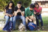 Facebook perd du terrain chez les adolescents américains et sa clientèle vieillit, montre l'institut Pew