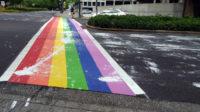 Tous ces passages piétons arc-en-ciel «vandalisés»: le lobby LBGT scandalisé!
