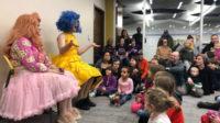 Les drag-queens envahissent les bibliothèques publiques et visent les petits enfants – l'idéologie passe mieux «avant trois ans»