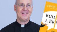 Défendant l'acronyme de combat «LGBT», le Père James Martin qualifie les couples homosexuels de «familles»