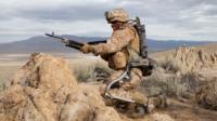 Un soldat mutant aux capacités augmentées pour monter au front… ou réprimer les chômeurs victimes de la robotisation